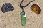 Pendentif verre poli vert, breloque coquille Saint Jacques monté cordon ciré