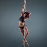 Claudia motiviert und fordert euch in Intermediate Practice Pole Klassen.