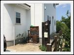 まっしろな漆喰壁にビンテージドアが映える家