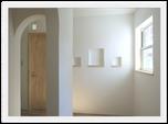 白い格子窓とバルコニーが可愛いお家