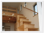 箱階段のある高台の家