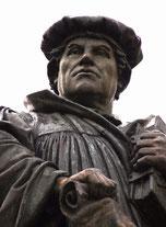 市民を見守るルターの銅像