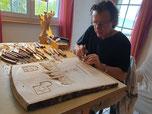 Paul Widmer schnitzt den Siegerpreis der Tour de Suissee