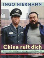 Auf dem Cover steht ein bärtiger Chinese neben einem Chinesen in Uniform.