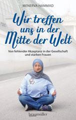 Die Autorin sitzt mit Kopftuch im Schneidersitz auf dem Boden.