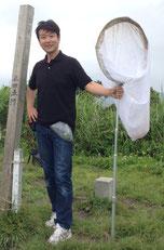 フィールドワークでの昆虫採集は研究の重要な一環。2014年5月沖縄本島名護岳山頂にて。