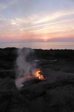 Das Höllenfeuer brennt bis tief in die Nacht