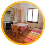Appartements Camillo, zu sehen ist der Küchen- und Essbereich.