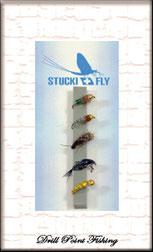 Nymphen zum Fischen mit einer Fliegenrute unter der Wasseroberfläche