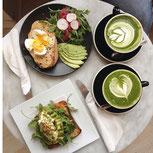 Bild: Matcha-Latte und gesundes Frühstück