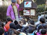 昭和の紙芝居を演じる浅草・大道芸人「源吾朗:げんごろう」さん