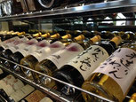 仏&日本ワインが並ぶセラー