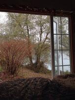 vue de l'intérieur d'une cabane de pêche