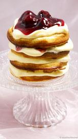 Pancakes mit Vanillepudding und Kirschen