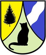 Ein schwarzer Baum auf gelben Grund in der linken Ecke, eine schwarze Katze auf grünem Grund in der Mitte und ein weißer Fluss auf blauem Grund in der rechten Ecke sind auf dem Wappen des Landkreises zu sehen