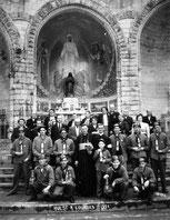 mijnwerkersbrankardiers op bedevaart in Lourdes 1951