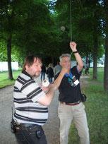 Norbert und Klaus beim Antennenbau; Foto: DL1FBV