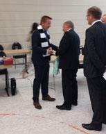 Bürgermeister Oliver Jung mit neuem Fanschal der SGE
