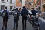 Touristes dans les rues de Rome : P. Yves Tano, Yves Laurent et Joseph Coste (Photo prise par Daniel de Kerdanet)