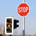 Die Ampel blinkt gelb, jetzt zählt das Verkehrszeichen!