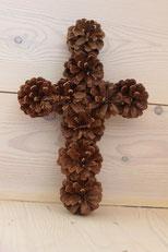 Croix en pommes de pin naturelles fait main
