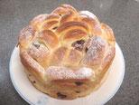 クランベリーを巻き込んで可愛い成形のスイートなホールパン。