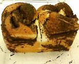 刻んだチョコレートを巻き込んで、食パン型で焼き上げます。