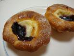 お花のようなカップ形をしたパンの中にはブルーベリージャムとやや酸味のあるチーズクリーム。