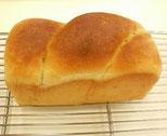 はちみつを練り込んだ生地を2つ編みにして食パン型で焼き上げます。