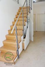 Massive Eiche-Treppe mit Einbauschrank nach Maß in weiß lackiert