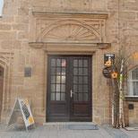 Foto zeigt den Eingang der Tourist-Info im Stadthaus
