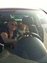 Sie probiert das Autofahren sogar selbst.. hier im Stau nach Holland