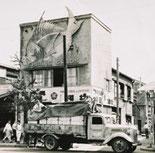 الصورة اليمنى العلوية: في عام 1953، تم شحن 10000 قطعة         من الصنارات الطائرة إلى الولايات المتحدة الأمريكية.