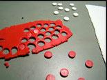 les ronds rouges remplissent les creux blancs et vice-versa