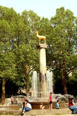 Umlagert von Menschen: der Hirschbrunnen im Rudolp-Wilde-Park. Foto: Helga Karl