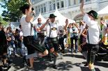 Die Querplattler tanzen. Lesbisch-schwules Stadtfest in Schöneberg. Foto: Helga Karl