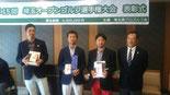 左から3位の伊丹健二、優勝の桜井將大、2 位の高橋勝、以上プロ。