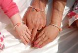 Braut und Blumenmädchen mit den gleichen Armbändern