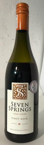 Pinot Noir 2013  Dieser junge Pinot Noir lauert mit leichter aber melancholischer Intensität. Er präsentiert Aromen von leuchtend roten Beeren und Noten von Waldboden und würziger Eiche. Am Gaumen elegant und anspruchsvoll, Das Zusammenspiel von Frucht un