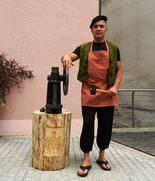 Münzvereinsvorstand Jürgen Schwab im Gewand eines Münzknechts an der Prägepresse