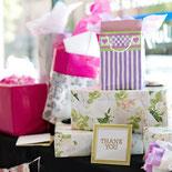 Foto: verschiedene eingepackte Hochzeitsgeschenke auf einem Hochzeitsgabentisch