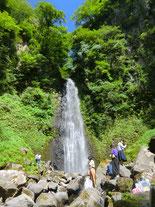 取材型制作と銘打って涼を求め、全員で雨滝へ直行!・・・課題は「繋がり」なのだが、ハンパない瀑布音とミスト、冷水。外はやっぱり楽しい!