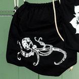 Weiße Krake auf schwarzer Gym-Bag