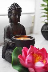 "<img src=""praxis-wing-ha.jpg"" alt=""Buddha Figur mit Kerze und Lotus"">"