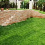 Rollrasen Steinmauer Garten neuer Garten