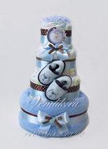 Подарок из детских вещей и памперсов для новорожденного ребёнка в голубой и коричневой цветовой гамме.