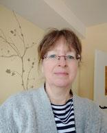 Frau Iris Windheusermit Brille in der Praxis