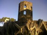 На переломе 19-го и 20-го веков в Каталонии создавались индустриальные колонии, т.е. фабричные городки для рабочих крупного предприятия. Одной из самых известных стала Колония Гуэль, принадлежавшая господину Эусебио Гуэль, тому самому, для которого Антони