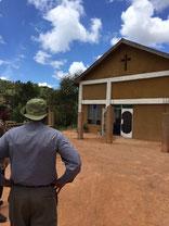 Bischof Rogath Kimaryo vor der neuen Kirche in Ugweno