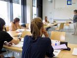 Deutsch-Sommersprachkurs Universität Würzburg: Sprachkurs Deutschlernen - internationale Teilnehmer mit Dozent bei der Vergabe der Kurszertifikate, erfolgreiche Teilnahme, Abschlussfoto